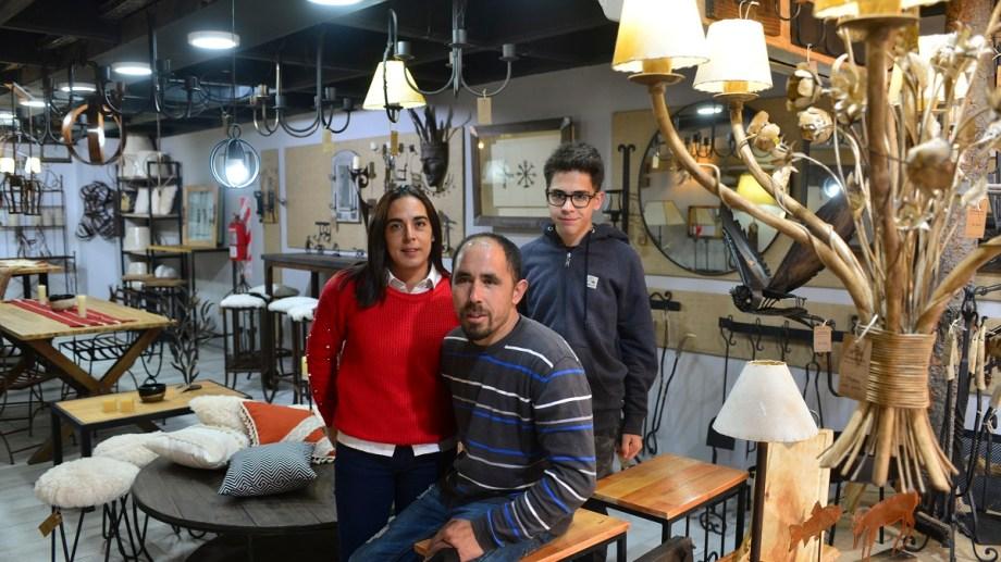 Fernando Rey y su familia decidieron que los productos en hierro que fabrica lleguen al turista con un comercio en el centro de Bariloche. Foto: Alfredo Leiva