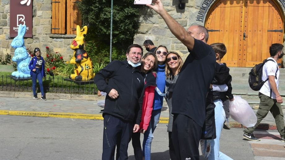 Una selfie familiar en el Centro Cívico de Bariloche, una postal habitual este fin de semana largo. Foto: Chino Leiva