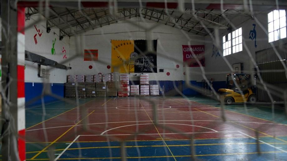 El gimnasio municipal 2 será ahora el depósito de los alimentos que reparte el municipio de Bariloche, para emplazar un vacunatorio en otro gimnasio. Foto: Alfredo Leiva