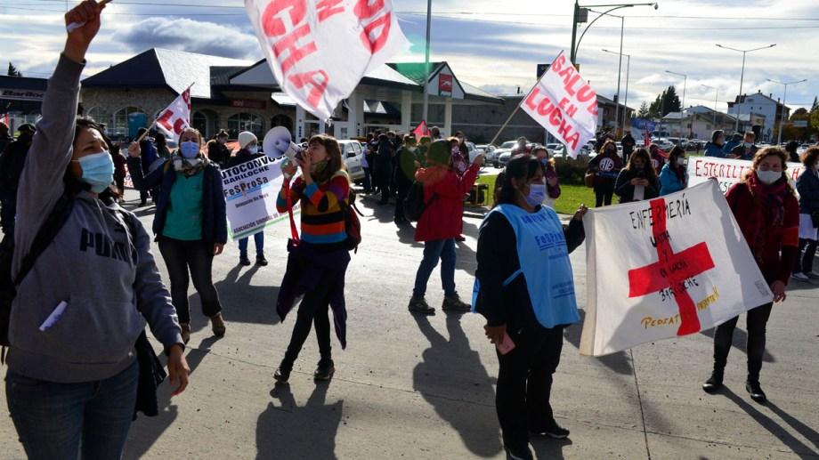 Los trabajadores de la salud cortaron el acceso este a Bariloche durante una hora. Foto: Chino Leiva
