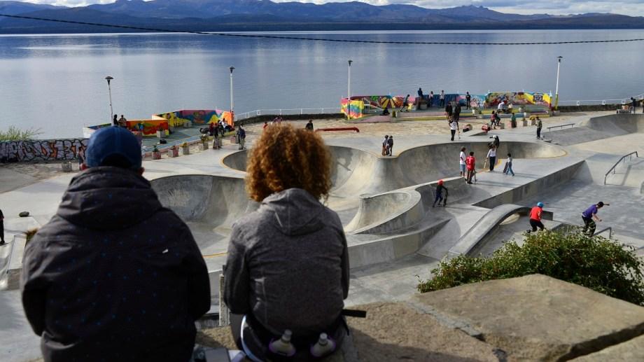 El skate park nuclea a decenas de jóvenes todos los días, desde muy temprano. Estará cerrado de manera temporal. Foto Archivo: Chino Leiva