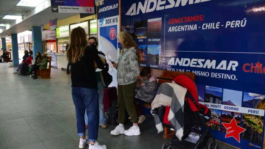 Unos 30 turistas pasaron la noche en la terminal de ómnibus de Bariloche. Foto: Chino Leiva