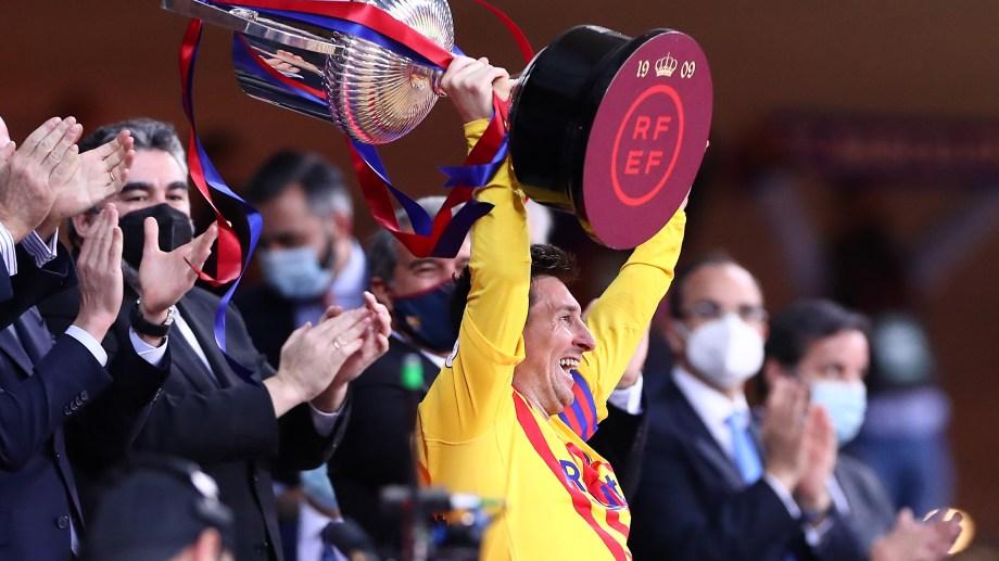 Messi ya recibió la Copa en manos del Rey de España. El argentino marcó dos goles en la final.