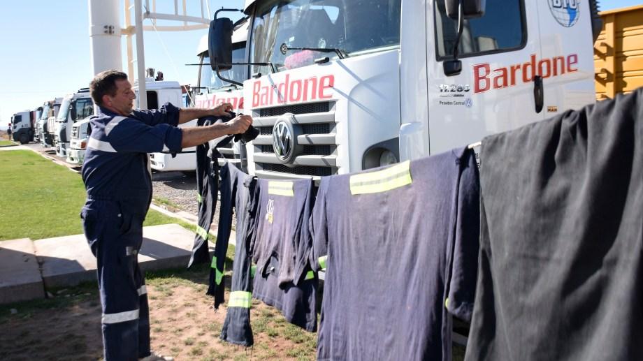 Varados. Cientos de camioneros y operarios quedaron atrancados durante días en los cortes de ruta de Añelo. (Foto: Florencia Salto)