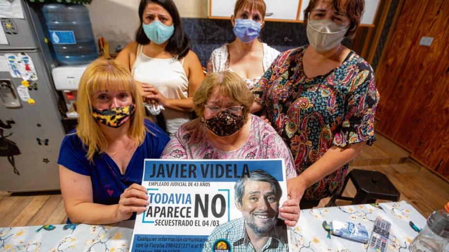 Elsa Gallego sostiene la foto de su hijo Javier, mientras la intentan consolar sus hijas Erika, Natalia, Andrea y Silvana. Foto Juan Thomes.
