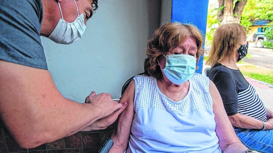 Los adultos mayores de 60 ya empezaron a ser vacunados en Roca. Foto: Juan Thomes
