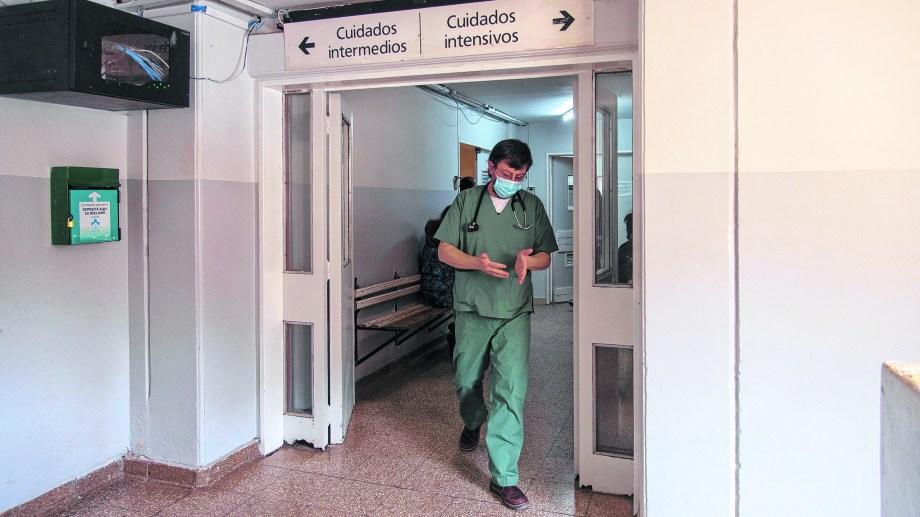 Las 42 camas de terapia intensiva disponibles en Bariloche están ocupadas desde hace varios días. (Foto archivo)