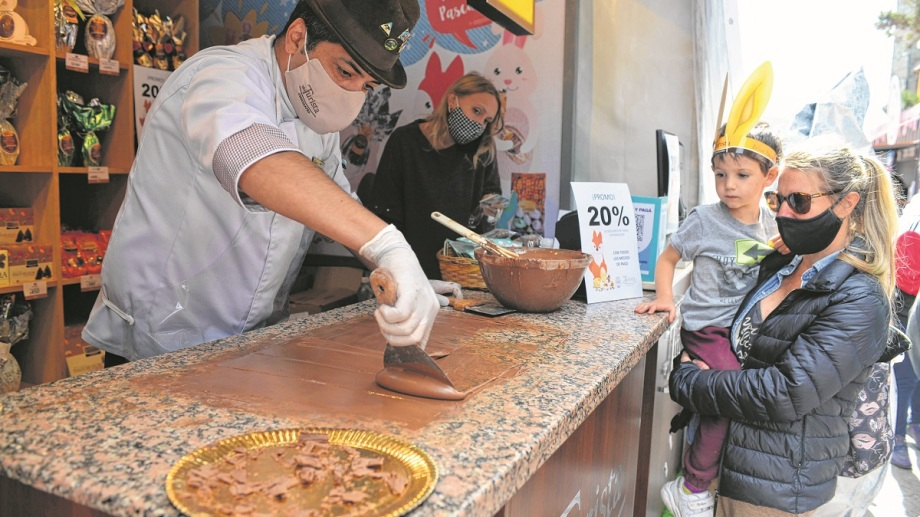 Los maestros chocolateros captan de manera casi hipnótica la atención de los que pasean en Bariloche. Foto: Alfredo Leiva