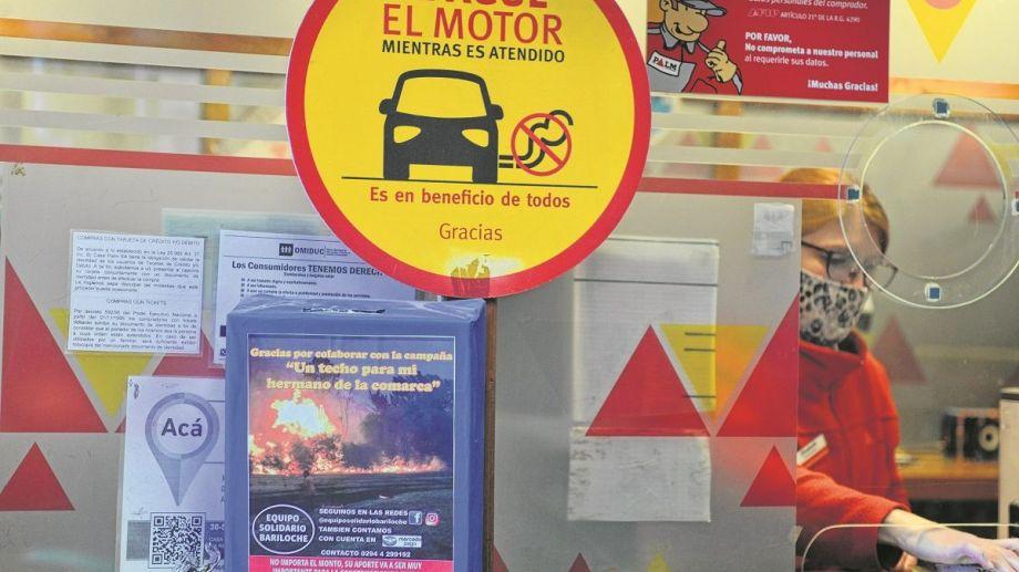 Las urnas con la campaña solidaria están en diversos comercios y corralones de Bariloche, también se reúnen materiales de construcción para llevar a El Hoyo. Foto: Alfredo Leiva