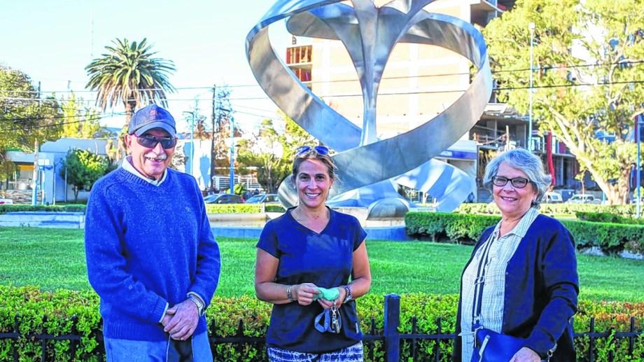 Silvia y Osvaldo junto a su hija en pleno centro. Foto: Juan Thomes