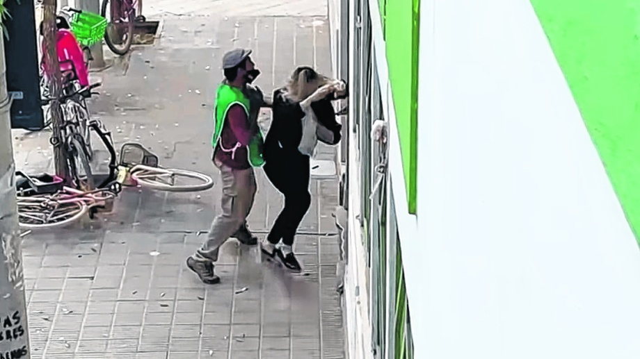 Un manifestante de ATE empuja a una empleada municipal. Foto: captura de video.