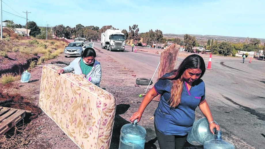 La mudanza. Después de 22 días sobre las rutas en la capital de Vaca Muerta, los autoconvocados se retiraron de los piquetes. (Yamil Regules)