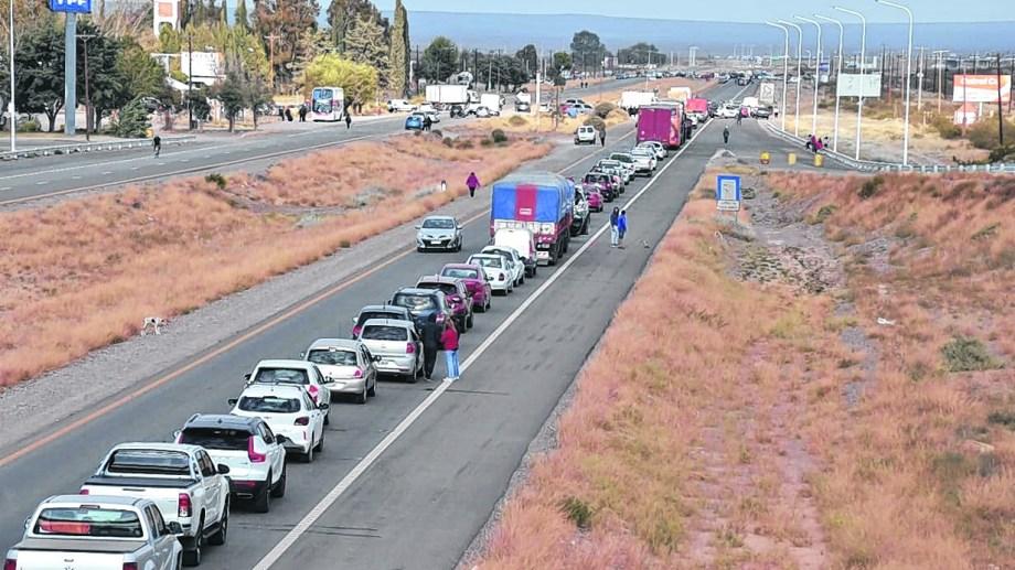 El corte de la ruta 22 en Arroyito generó extensas colas de vehículos en el inicio del fin de semana largo (Yamil Regules)