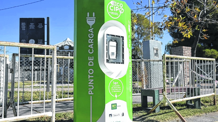 El sistema de carga eléctrica está ubicado sobre calle Fernández Oro.