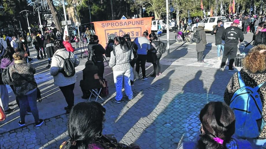 El gremio que agrupa a los profesionales de la Salud Pública realizó una manifestación en el centro de Neuquén. (Yamil Regules)