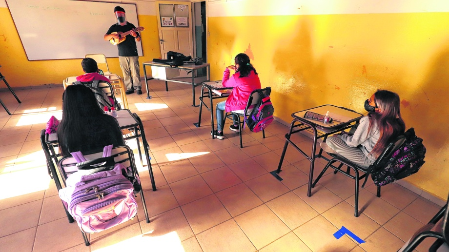 """Río Negro cumple con la """"bimodalidad"""", con clases rotativas presenciales -con protocolos sanitarios- y las virtuales. Foto: Marcelo Ochoa"""