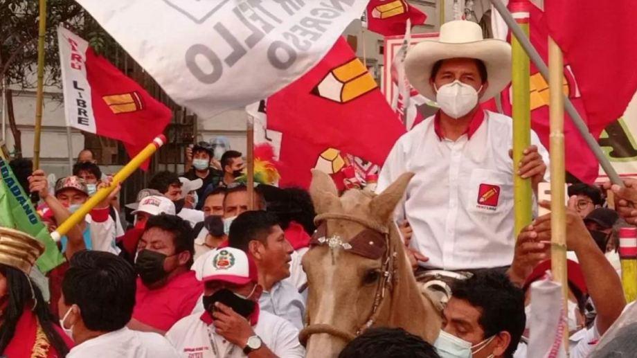 Castillo fue a votar montando una yegua que se puso nerviosa y corcoveó ante la aglomeración de personas.