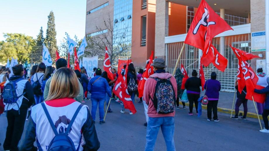 Ayer se realizó una protesta en sedes judiciales de Roca y Viedma, reclamando por procesos penales contra miembros de organizaciones. (Foto: Juan Thomes)