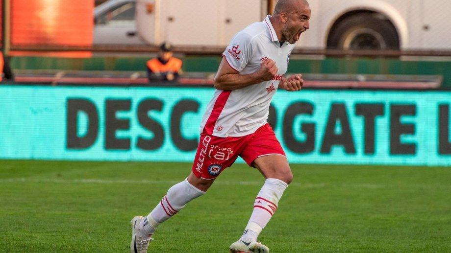 Al momento de conocerse la sanción Silva jugaba en Argentinos.