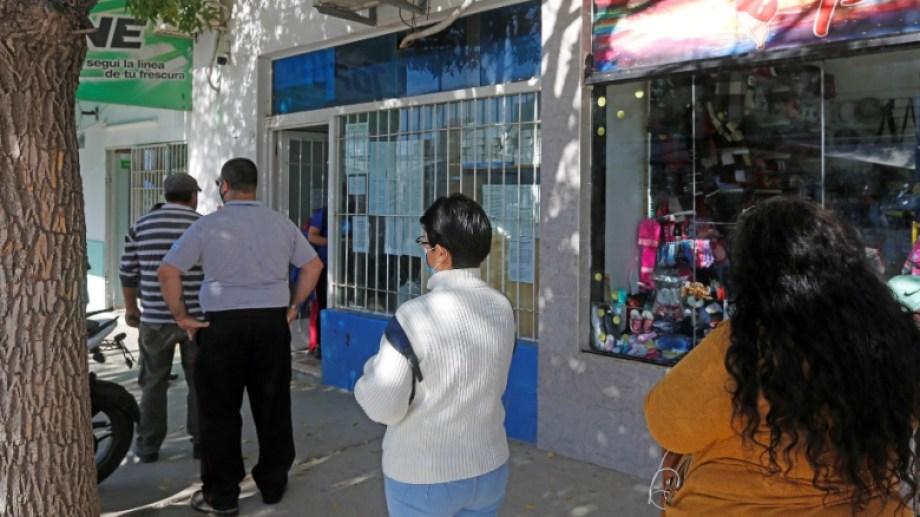 Alta demanda en las oficinas de la calle 25 de Mayo, entre Sarmiento e Italia. (Foto: Juan Thomes)
