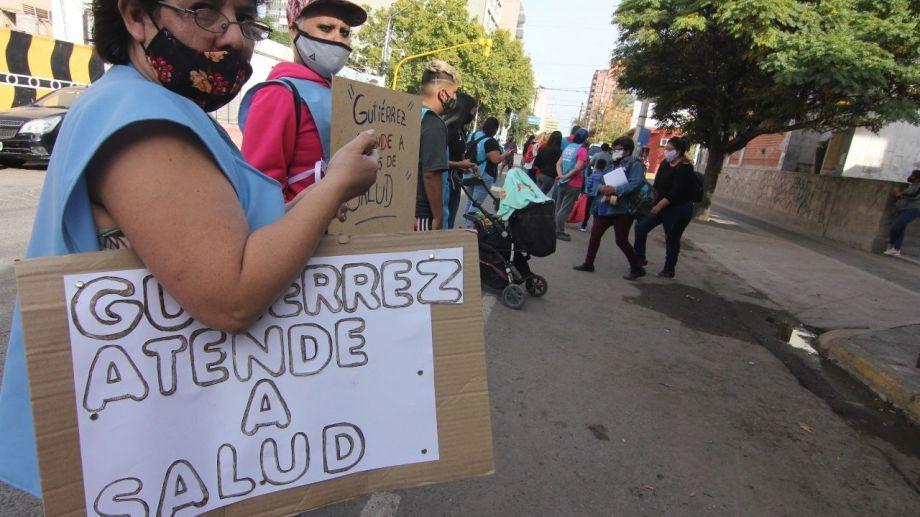 Un abrazo simbólico al hospital Castro Rendón, convocado por Libres (Archivo Oscar Livera).-