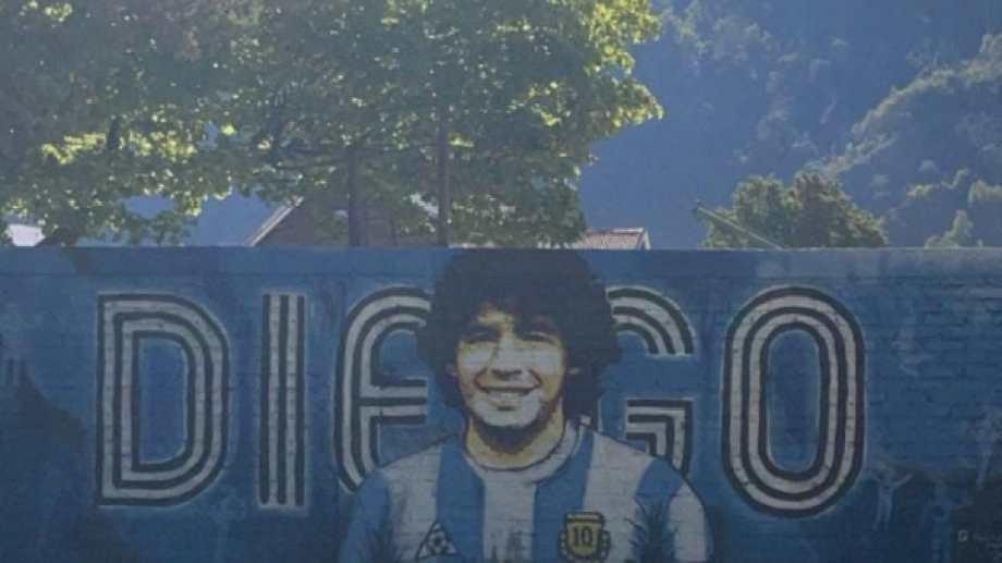 Los fondos para realizar el mural se obtuvieron a través de rifas, sorteando camisetas de jugadores profesionales. Foto: Gentileza