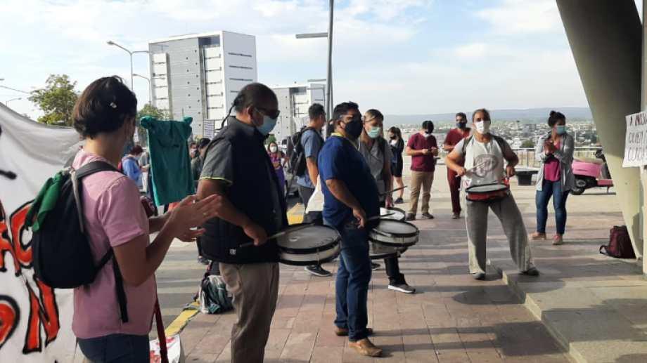 Los autoconvocados de Salud realizaron una asamblea después de manifestarse en el CAM. (Gentileza).-
