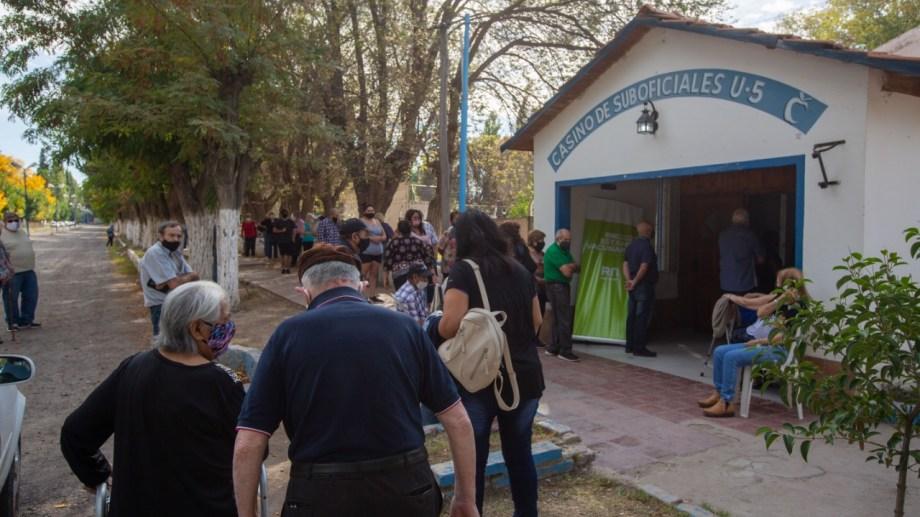 El ingreso al predio de la Colonia Penal, ayer por la mañana. Algunos llegaron dos horas antes del inicio de las aplicaciones. (Foto: Juan Thomes)