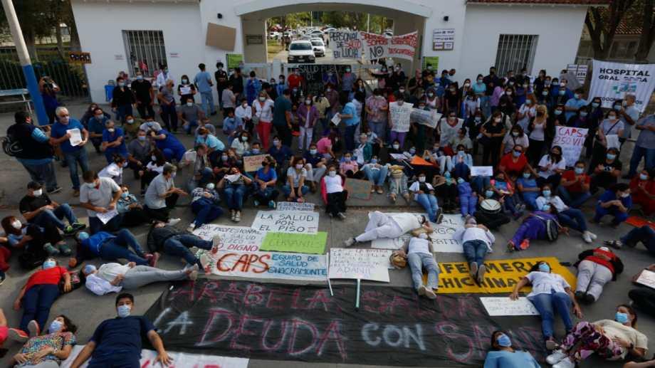 Trabajadores roquenses y de otras localidades valletanas se manifestaron en el ingreso al López Lima. (Foto: Juan Thomes)