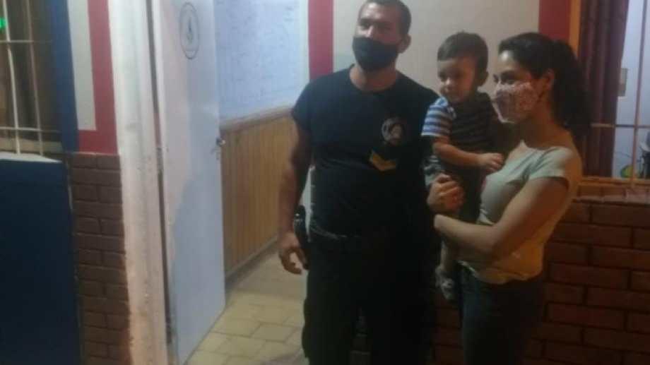 La familia se mostró muy agradecida con el personal del cuartel de Gregorio Álvarez de Neuquén. Foto: Gentileza