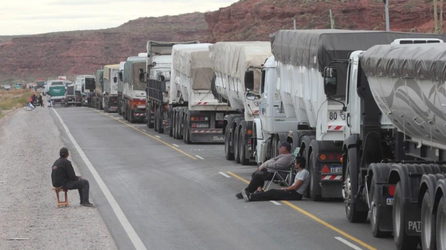 A lo largo de 10 kilómetros antes de los piquetes, los transportistas ocupan ambas manos de la ruta 7 (foto Oscar Livera)