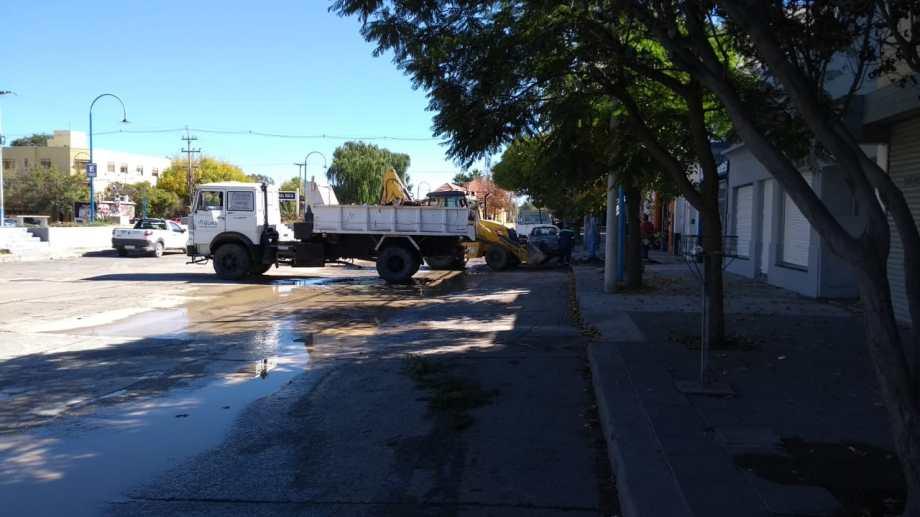 Los operarios de Arsa trabajaron en la reparación del acueducto en calle 9 de Julio.
