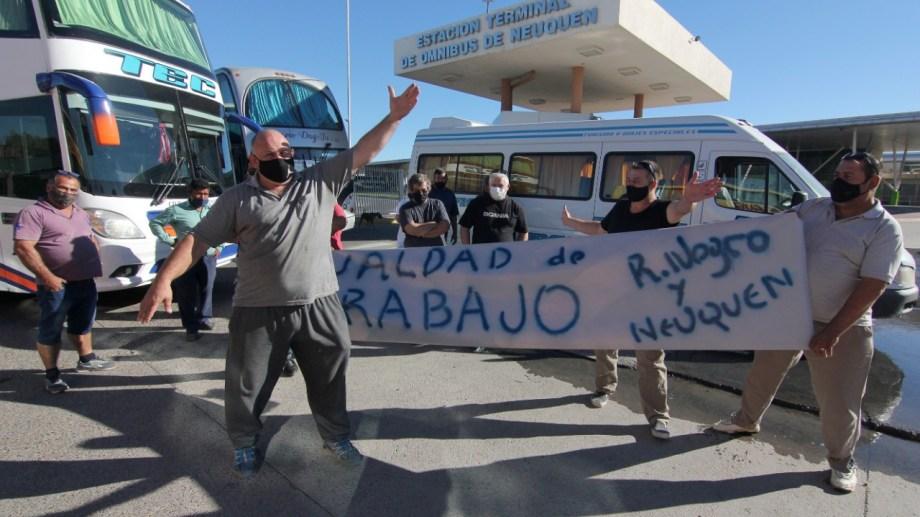 Transportistas piden que les permitan trabajar tras el DNU que suspende los viajes grupales turísticos. Foto: Oscar Livera.