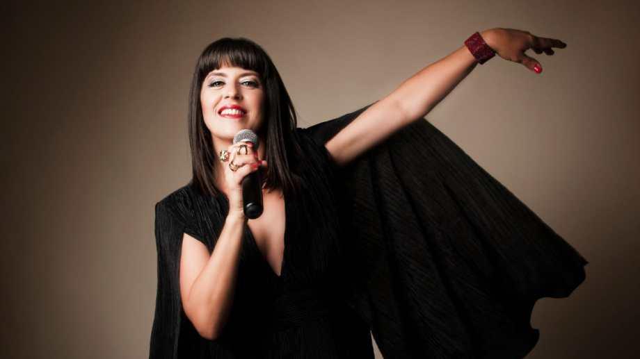 Devra propone un repertorio compuesto de canciones propias y del cancionero popular argentino.