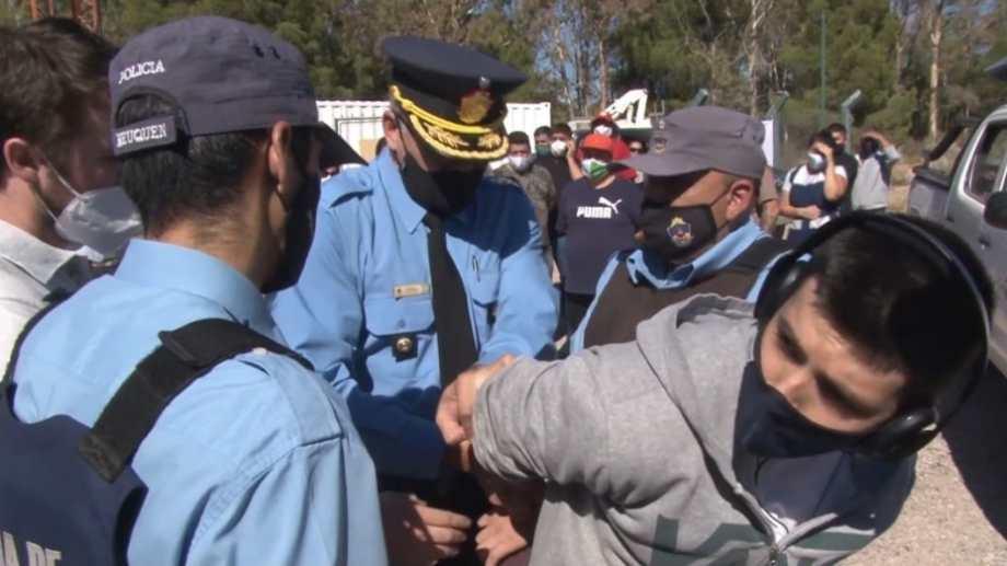 El periodista Agustín Aguilar fue esposado cuando realizaba un despacho en vivo desde el Parque Norte de Neuquén. Foto: Gentileza.