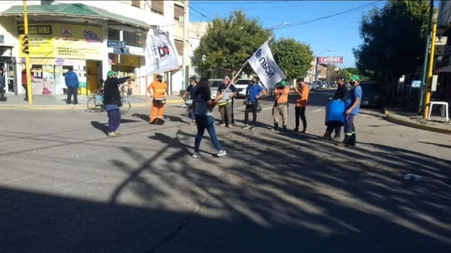 Hoy protestaron en la Ruta 65 y frente al edificio municipal. Foto gentileza.