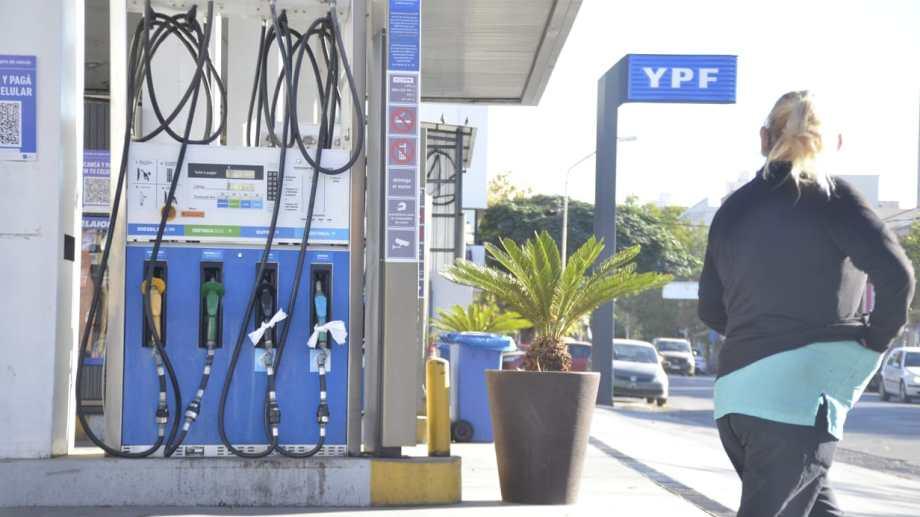 Las estaciones de servicio siguen teniendo problemas de abastecimiento. (Archivo Yamil Regules).-