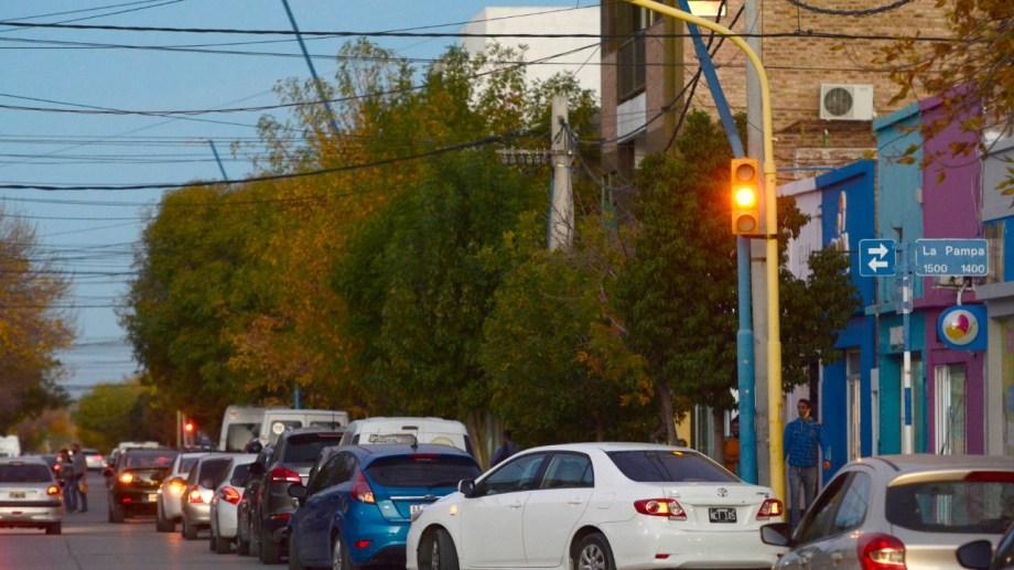 Largas filas de vehículos en las calles aledañas a las estaciones de servicio se hicieron habituales en estos días.