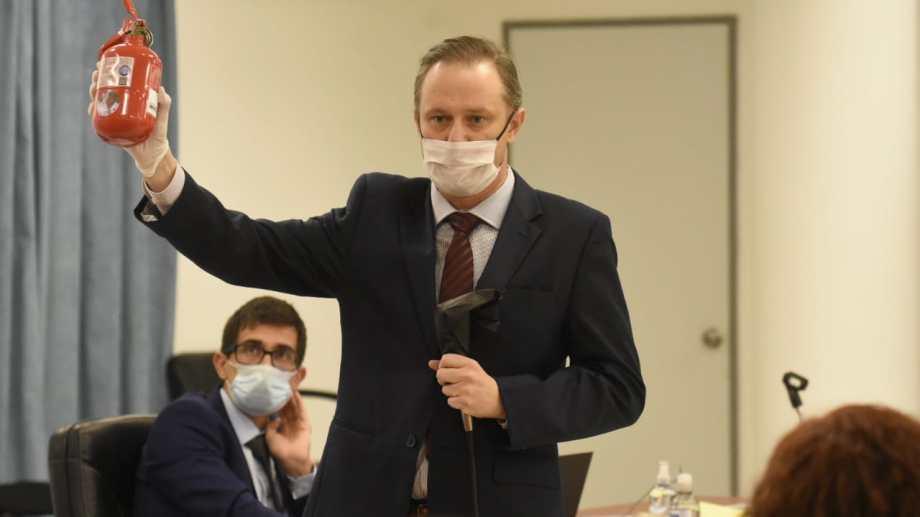 El fiscal exhibió durante su alegato el matafuegos con el que Lucini atacó a la víctima. Foto Florencia Salto.