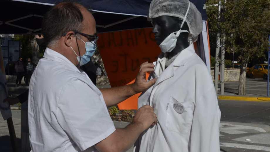 En la mañana, Siprosapune instaló una carpa de Salud en el centro de Neuquén. (Yamil Regules).-