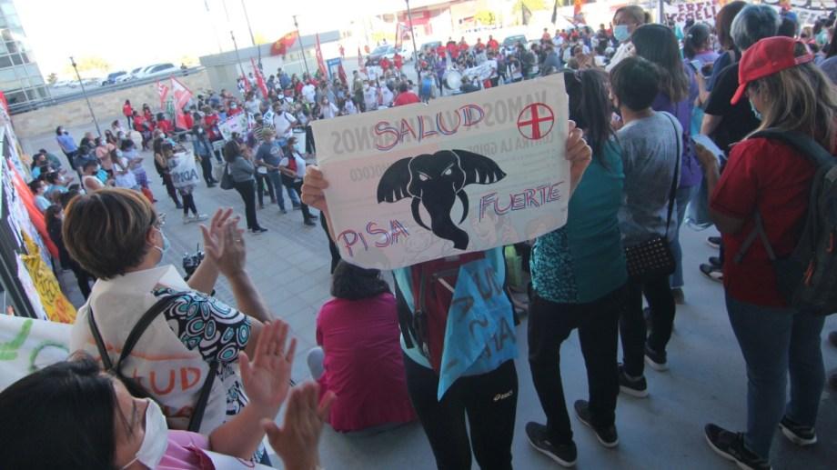 Los autoconvocados de salud aguardan en la Ciudad Judicial. Foto: Oscar Livera