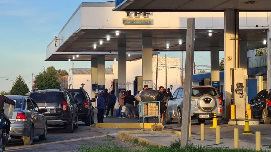 Colas de autos buscando combustible en la comarca petrolera.  Foto: Andrea Vázquez