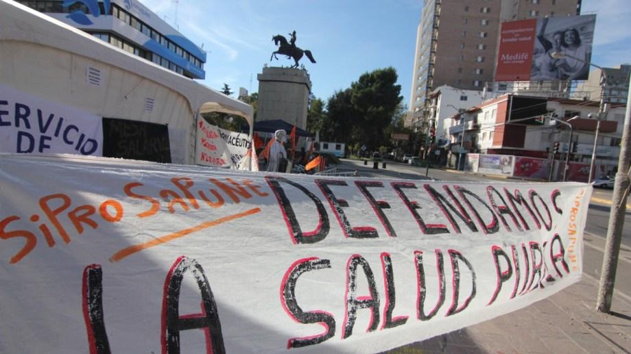 El sindicato de profesionales montó una carpa en el monumento a San Martín para visibilizar su reclamo. Foto: Oscar Livera.