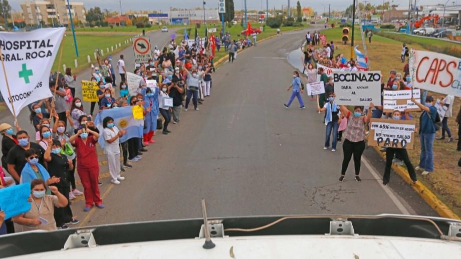 La protesta en el acceso principal a Roca contó con la adhesión de trabajadores de diferentes hospitales del Alto Valle. (Foto: Juan Thomes)