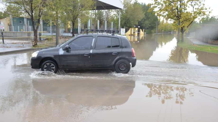 La tormenta no solo inundó las calles de Neuquén sino que también causa problemas con el suministro de agua en partes de la ciudad. (Yamil Regules).-