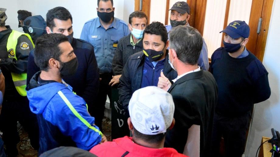 El grupo llegó hasta el ingreso a la sede municipal. Foto: Marcelo Ochoa.