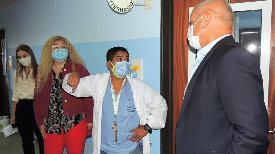 Zgaib junto al director del hospital de Regina, Osvaldo Ruíz Días, recorrió la obra de ampliación de red de gases. (Foto gentileza)