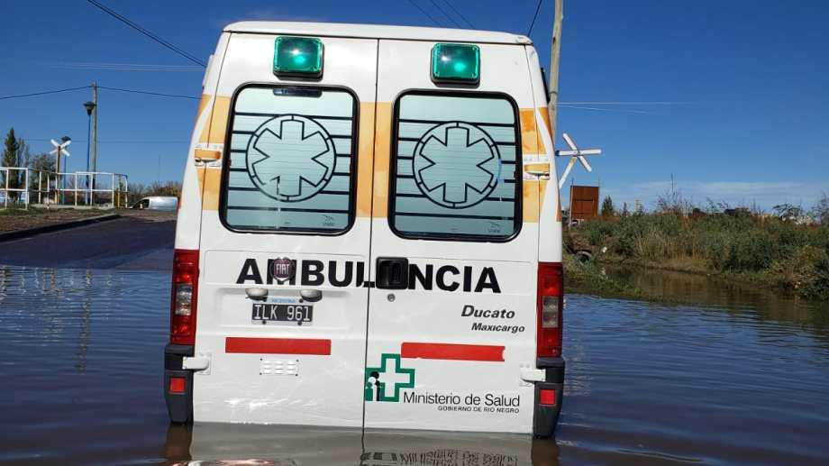 La ambulancia quedó este mediodía en medio de un charco de agua que dejó la tormenta. (foto: gentileza)