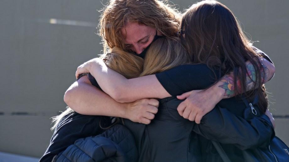 Hermanas y amigas de María Marta se abrazaron una vez que salieron de la sala de audiencias, ya conocido el veredicto. Foto Florencia Salto.
