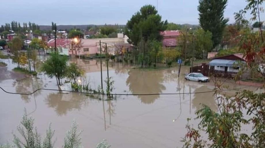 Los vecinos tuvieron que sacar con baldes el agua de sus casas. Foto Gentileza AN Allen.